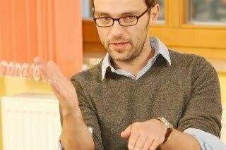 Peter Reitz erklärt ein psychotherapeutisches Seminarthema in der Ausbildung Heilpraktiker Psychotherapie in Gelnhausen