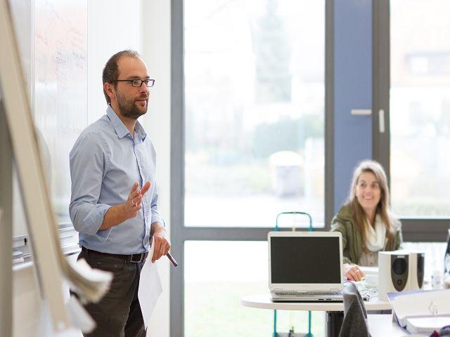 Dozent Peter Reitz erklärt Psychotherapieverfahren in der Weiterbildung zum psychotherapeutischen Heilpraktiker